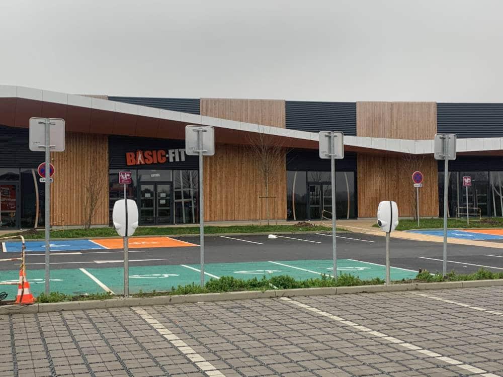 Domotisme : installation de bornes de recharge pour voitures électriques. Centre sportif Basic Fit