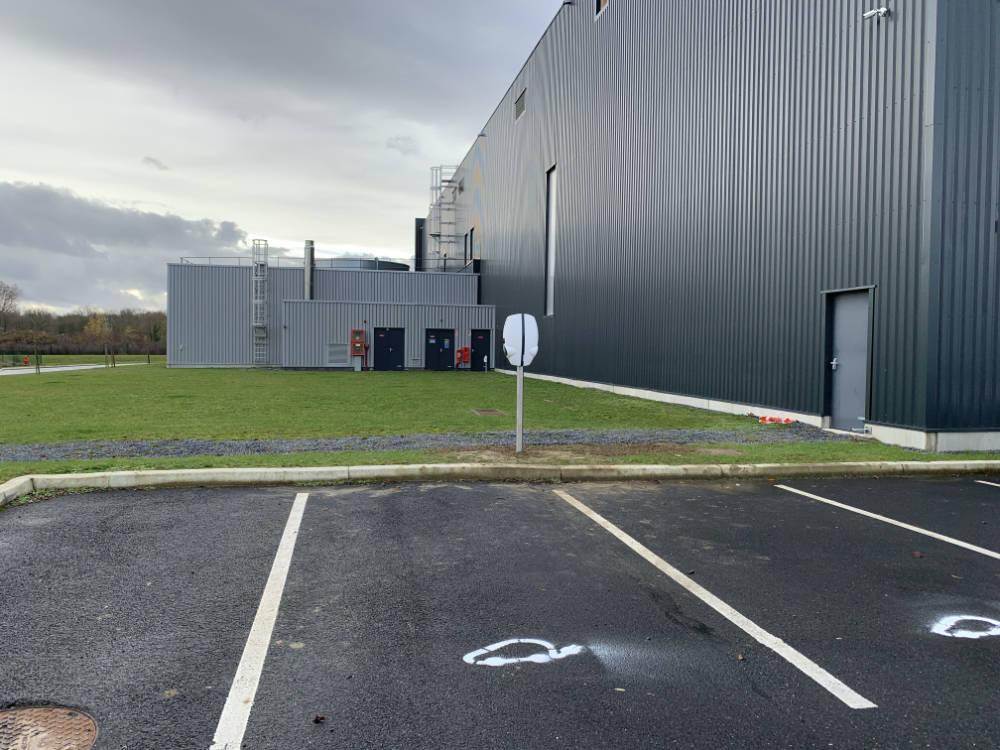 Domotisme : installation de bornes de recharge pour voitures électriques. Parking Motoblouz